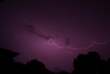 Силна буря с градушка бушува през нощта, повали дървета и електрически стълбове