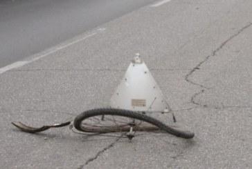 Нелепа каскада! Колоездач се заби в паркирано такси
