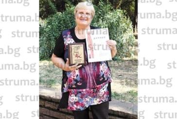 СКРИТ ТАЛАНТ! Касиерката на община Кюстендил украси кабинета си с хумористична награда