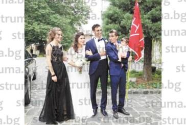 Гастарбайтери в Англия се венчаха в Сандански пред 300 гости, вицепремиерът Кр. Каракачанов и зам. министър С. Петрова играха хоро на сватбата им
