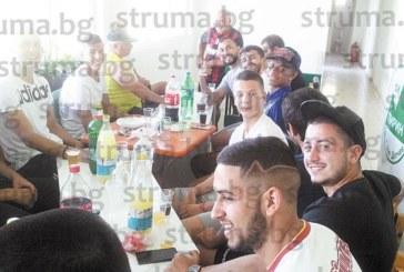 """Таранът на """"Пирин"""" /ГД/ В. Шишков посвети  бразилците в отбора в тайните на българското печено агне и местния фолклор"""
