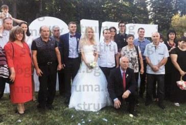 Собственичка на пиар компания от Сандански се врече на любимия си на стилно тържество в Боровец, бащата на булката почерпи с 26-г. ракия