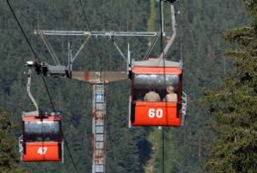 Туристи увиснаха във въздуха! Авария спря лифта