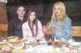 """Санданчанката, която облича пищните дами в града, купонясва в Македония със семейството на барабаниста на """"Импулс"""""""