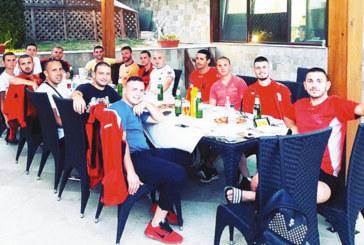 """Футболистите на """"Места"""" отпразнуваха на маса победа над пряк конкурент в пиринската бундеслига"""