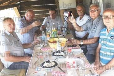 На лозето с приятели о.з. полк. М. Стойчев празнува 70-годишнина, първата му любов бе единствената дама, допусната на мъжкия купон