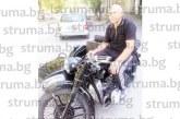 Служителят в МБАЛ – Благоевград Г. Георгиев бръмчи с мотор уникат БМВ от 1938 година