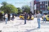 Зрелищна акция пред І УК в Благоевград! 30 полицаи охраняваха протеста на треньора по бойни изкуства Ил. Илиев срещу отказа на ЮЗУ да предоставят база за частния му клуб