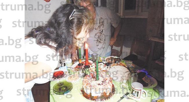 В компанията на приятели дупнишката художничка Цв. Христова празнува рожден ден, Дон Кези й подари своя картина