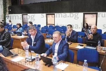 """Общинските съветници гласуваха """"за"""" колегата им Р. Калайджиев да прокара минерална вода в хотел """"Езерец"""", оказа се, че и М. Калъмбов има разрешение"""