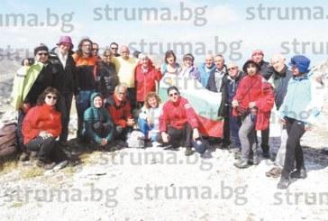 Туристи от Кюстендил покориха връх Солунска глава, пиха отлежали вина в избата на планинския водач от Македония