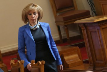 Мая Манолова със 100 бона кредити – роклите и костюмите на омбудсмана купени с пари назаем