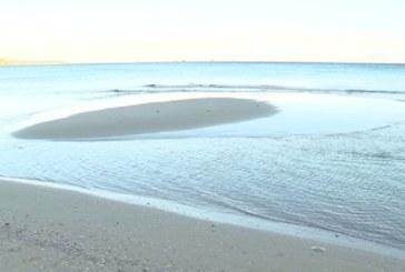 Заради бурния вятър! Морето във Варна се отдръпна от крайбрежието