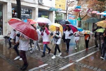 Въпреки лошото време! Десетки деца от Центъра за личностно и творческо развитие в Благоевград се включиха в Световния ден за интензивно ходене