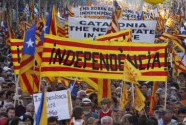 Напрежението в Каталония ескалира! Ожесточени сблъсъци между протестиращи и полиция