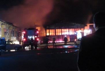 Пожар изпепели складове и автосервиз, гърмяха газови бутилки