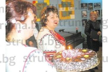 Торта със символ 80 получи обичана народна певица от Кюстендил