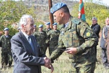 Дариха със сувенирен нож АК-47 92-г. фронтовак и бивш управник на Кюстендил Т. Гогов