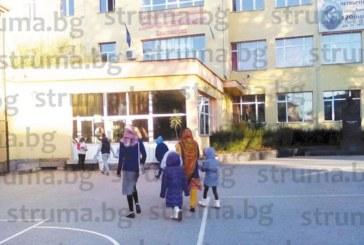 Сестрички от Пакистан станаха първокласнички в благоевградското ІV ОУ, директорът Ил. Чапкънов: Договорихме се с родителите в училище да не идват със забрадки