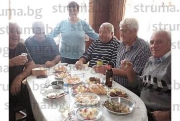 С весела компания посрещна 73-ия си рожден ден Р. Вучков от село Стоб, кметът Г. Ставрев  му пожела да остане все така  трудолюбив и жизнерадостен
