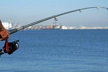 Мъж едва не загина, след като риба скочи в гърлото му