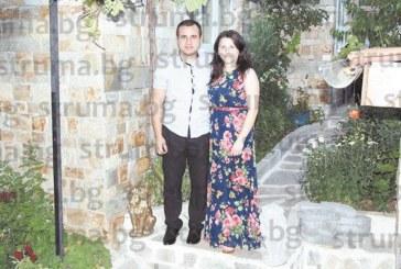 Млада гастроентероложка от благоевградската болница сюрпризирана отмъжа си с прочувствен видеофилм за 2 г. от сватбата им