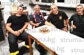 """Пожарникар от Сандански """"подслади"""" дежурството на смяна """"Г"""" с почерпка за 50-г. юбилей"""