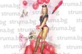КРАСИВА Е! Фитнес модел от Сандански сложи жартиери, сервира на гостите за рождения си ден със секси костюм