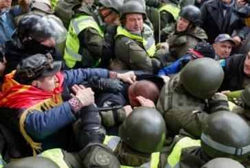 Сблъсъци в Киев! Протестиращи срещу корупцията окупираха парламента
