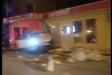 Зловеща катастрофа в Перник! Кола се вряза в магазин
