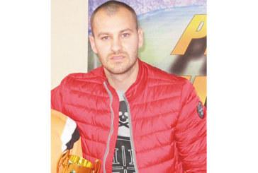 Вратарят Бл. Макенджиев с наградата за №1 на кръга в елита