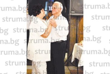 Бившият секретар на община Банско Иван Дурчов с подарък от децата нов опел за 80-г. юбилей