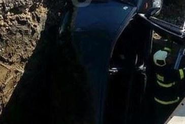 Кола се натресе в изкоп за магистрален топлопровод, вадиха я спасителни екипи