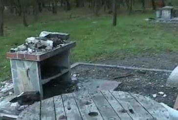 Вандали вилняха в парк, изпочупиха барбекюта