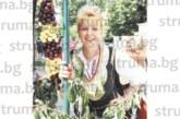 С народна носия пред щанд, отрупан с плодове, самодейка от Кюстендилско, досущ като мадона на Майстора, стана обект на повишен интерес за снимки