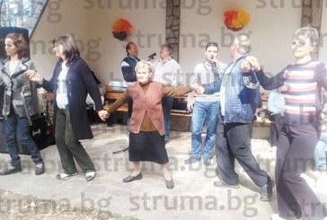 80-г. баба Елена от Беласица изуми стотици на събора  в Ресилово, игра един час на хорото, без да се пусне