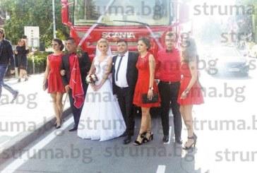 ЗРЕЛИЩНА СВАТБА! Младоженци пристигнаха пред ритуалната зала в Благоeвград с кортеж от 9 тира
