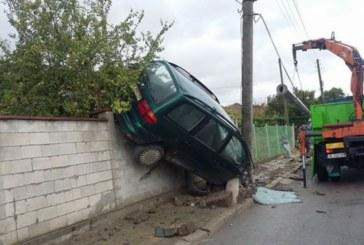 """Зрелищна каскада! Шофьор """"паркира"""" върху бетонна ограда"""