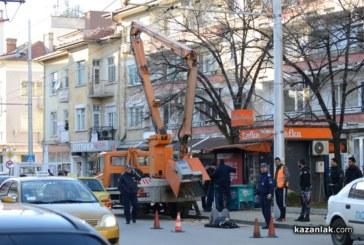 ОГРОМНА ТРАГЕДИЯ! Двама работници паднаха от вишка при ремонт на градското осветление, борят се за живота си