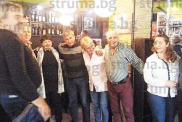 Благоевградският фелдшер Евгени Тунтев гръмна бутилка отлежало митничарско шампанско, пенсионира се, за да се отдаде на младежкото си хоби – да свири по сватби и събори