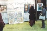"""АРТ СКАНДАЛ В БЛАГОЕВГРАД! Двама художници свалиха картините си на ХVІІІ изложба """"Струма"""" и окачиха плакати срещу кмета"""
