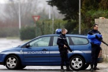 Автомобил с мигранти връхлетя полицейска преграда в Кале, пострада полицай