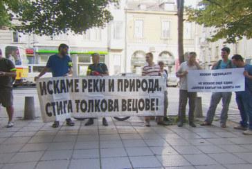 Рибарите скочиха на протест заради унищожението на реките