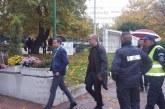 """Собственикът на """"Драг Далас"""" с екипа си окупира кметството в Сандански, не пуска кмета да влезе"""