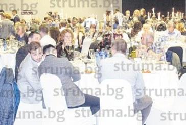 500 неврокопчани си спретнаха емоционална земляческа среща, изненадаха ги с бутилки вино с лика на Гоце Делчев