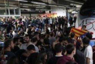 Напрежение в Каталуния! Стачкуващи блокираха гара в Барселона