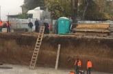 Работник падна в изкоп, борят се за живота му