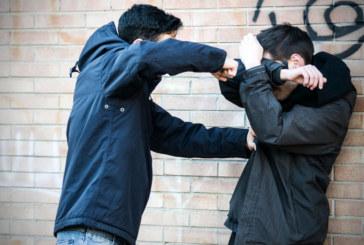 Десетокласник наби връстник в междучасието, позволил си да разнася лоши слухове за приятелката му