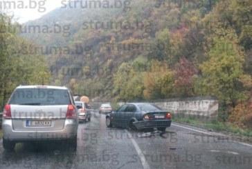 ОТ ПОСЛЕДНИТЕ МИНУТИ! Благоевградско БМВ в зрелищна каскада в Кресненското дефиле, шофьорът ранен