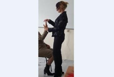 Известният благоевградски психолог Десислава Безинска-Шеинкова демонстрира хипноза на семинар в областния център